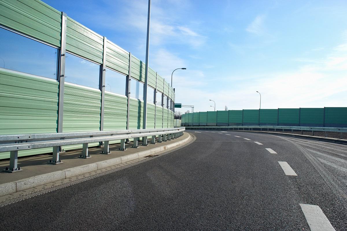Drogowe bariery ochronne w skraju drogi.