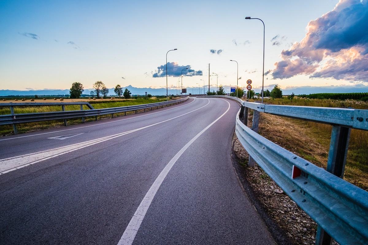Drogowe bariery ochronne służa zapewnieniu bezpieczeństwa kierowcom.