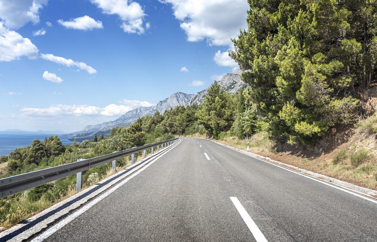 Bariery droge, które zabezpieczają zjazd pojazdu na strome pobocze.