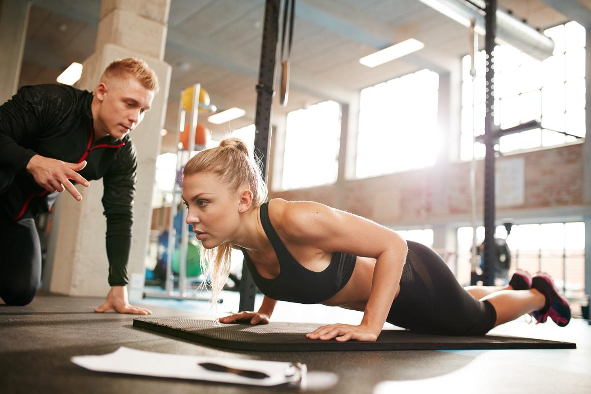 Trener personalny podczas przeprowadzania treningu.