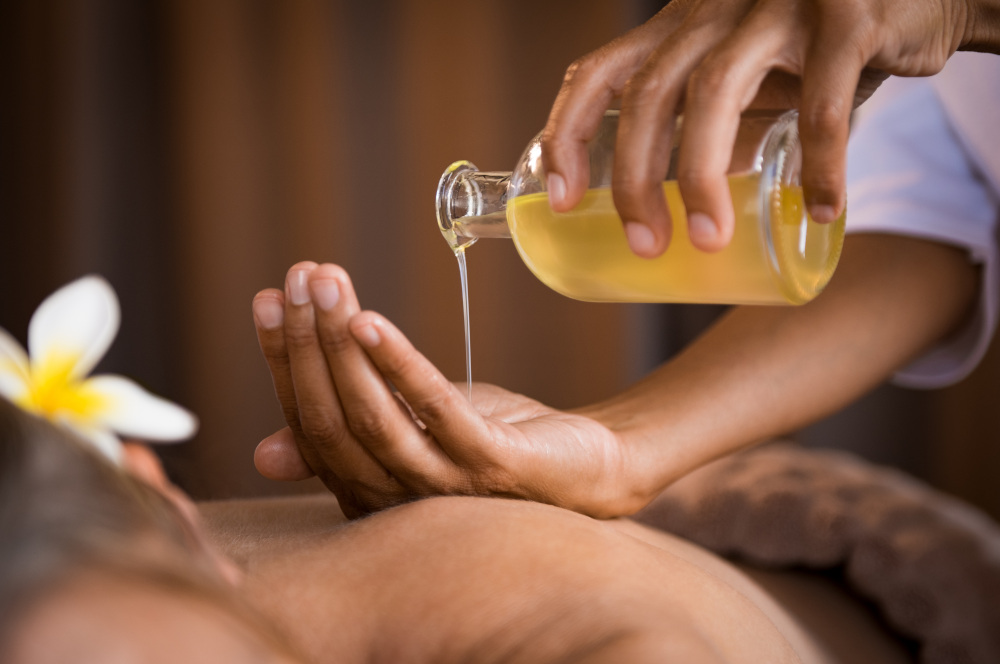 smarowanie kobiecie pleców olejkiem