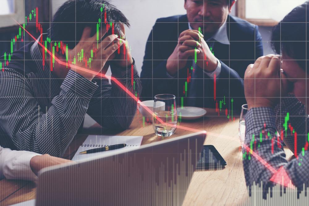 grupa przedsiębiorców zmagających się ze spadkiem zysków