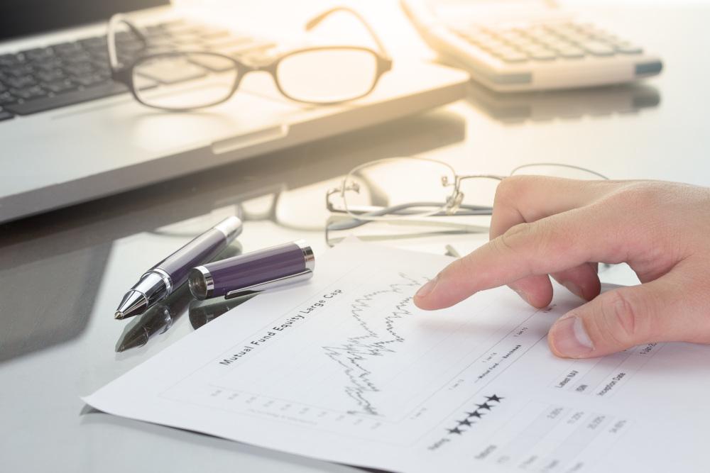 ręka biznedsmena analizująca dokumenty
