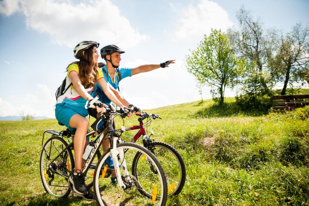 młoda para na rowerach