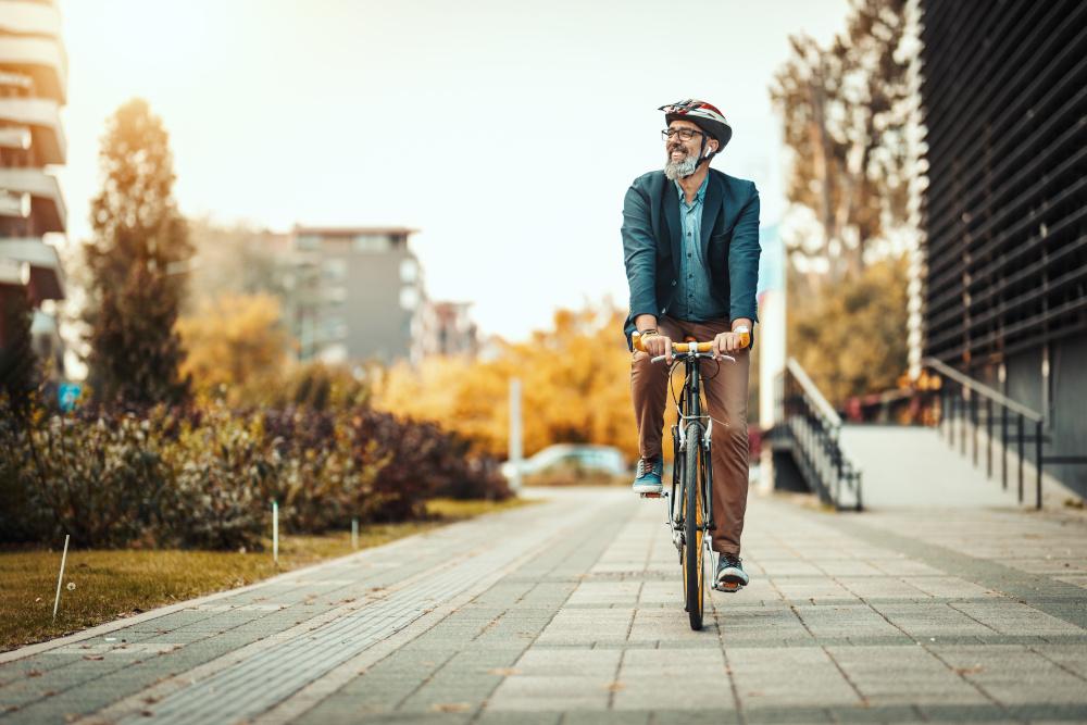 mężczyzna jeżdżący po mieście na rowerze
